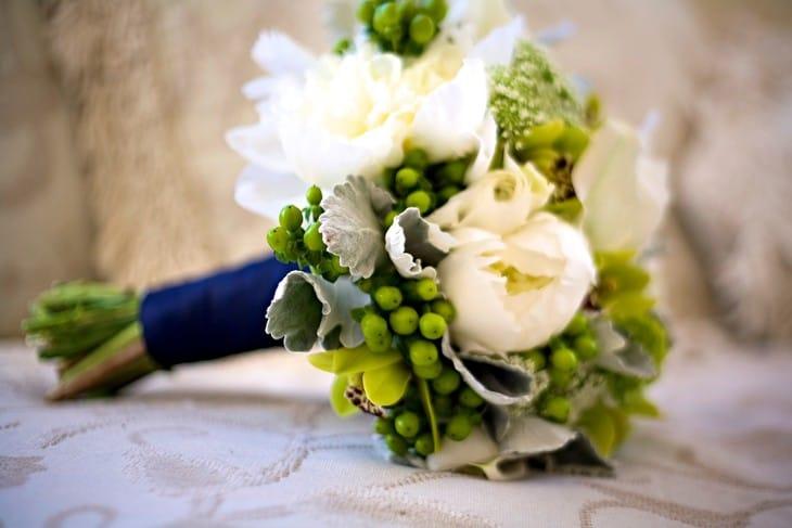 Бело-зеленый свадебный букет: фото и варианты оформления