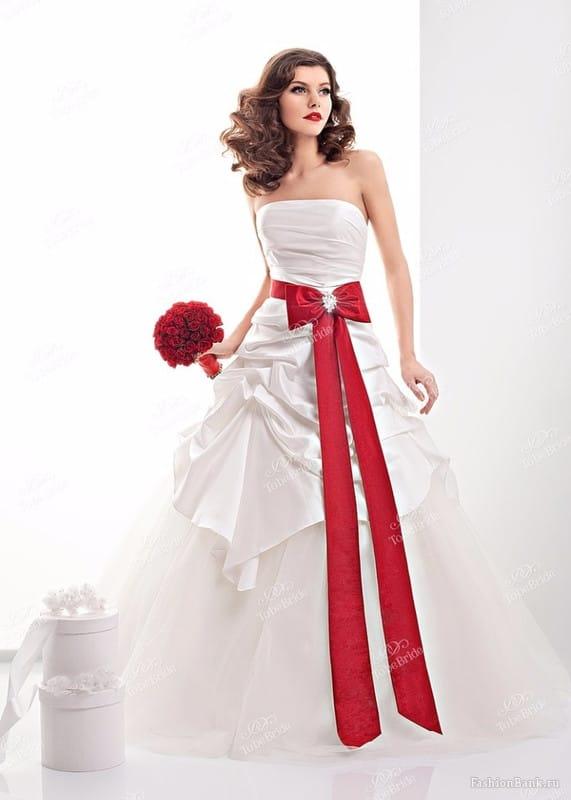 Что означает красный пояс на платье