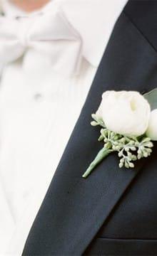 Кто может надеть бутоньерку из живых цветов на свадьбе