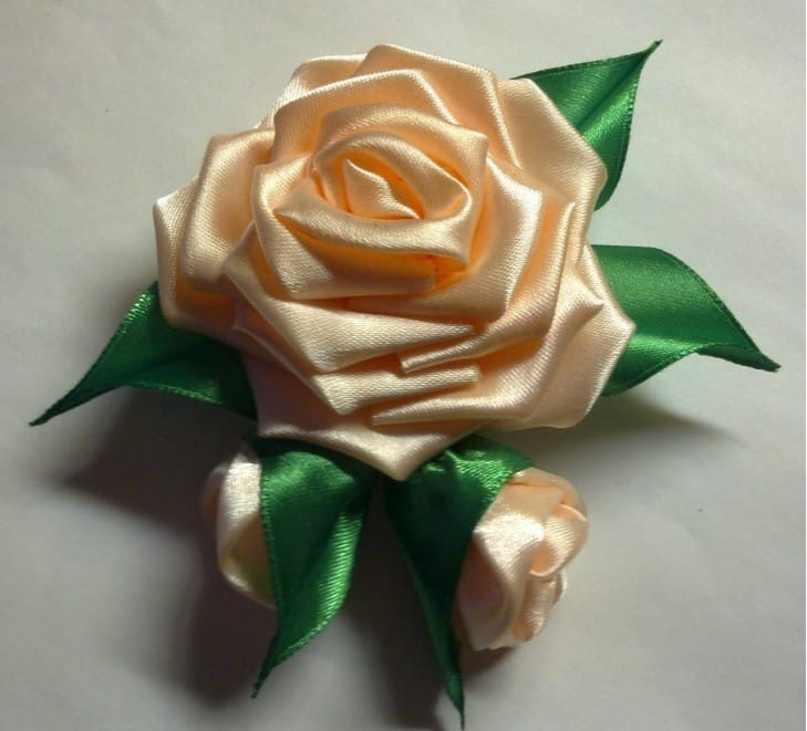 Декоративные розы из лент своими руками