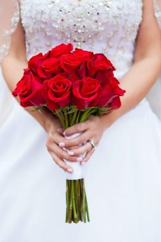 krasiviy-buket-svadebniy-buket-bordovie-rozi-magazin-tsvetov