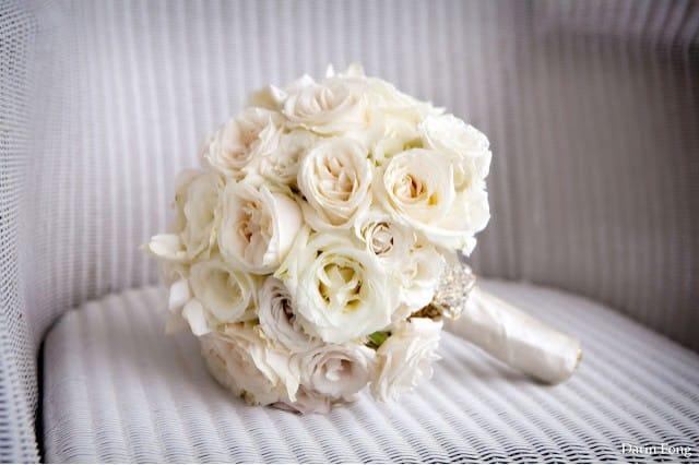 Букет из белых роз для невесты