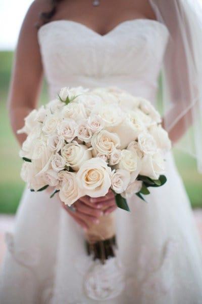 Букет из белых цветов свадебный