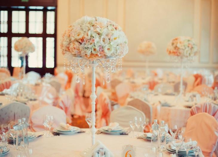 Оформление свадебного зала в персиковом цвете