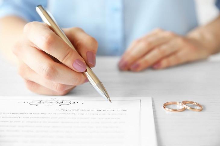 Брачный контракт заключается между супругами