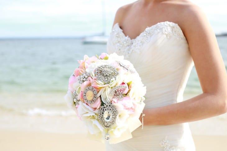 Свадебный брошь-букет невесты: фото и разнообразные сочетания