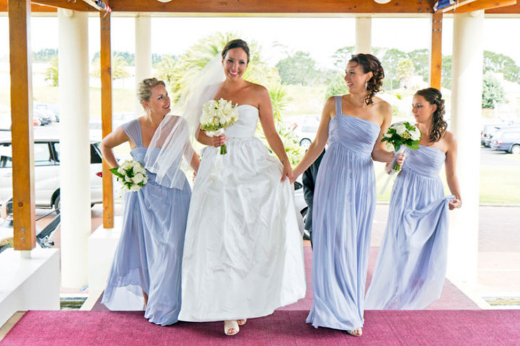 1b5998317 Платья подружек должны быть одинаковыми по оттенку или стилистике, тогда  они будут выглядеть гармонично, но при этом они не должны затмевать красоту  невесты ...