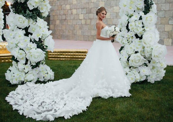 82787b6542d108c Ни одна невеста не отказалась бы надеть свадебное платье, на котором  прикреплены сотни воздушных бабочек. К счастью, дизайнеры уже создали такое  платье и ...