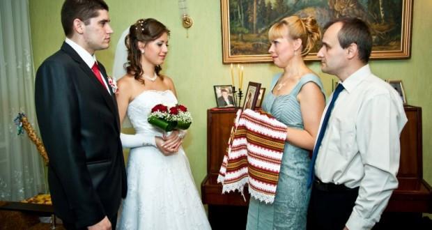 Как мать невесты благословляет молодых