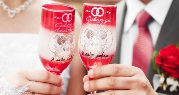dekor-nozhki-bokala-kraskoy-1-e1449393641431-620x330 Как украсить свадебные бокалы своими руками