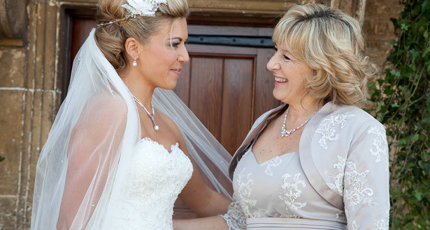 Изображение - Поздравление невесты от мамы mama-pozdravlyaet-svoyu-dochku-na-svadbe-615x330
